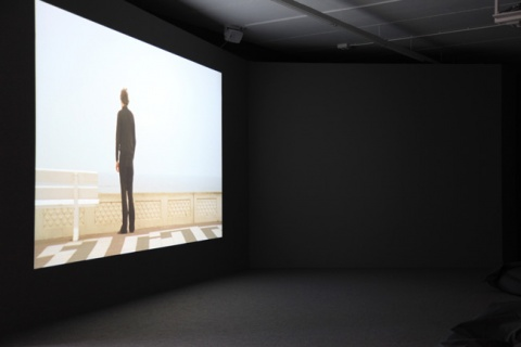 "Guido van der Werve, « Nummer vier, I don't want to get involved in this. I don't want to be part of this. Talk me out of it. », 2005 (11'49"", 35mm, Zandvoort, Siitama & Enschede, Pays-Bas Courtesy de l'artiste Guido van der Werve et de Monitor Gallery (Rome), Juliette Jongma Gallery (Amsterdam), Marc Foxx Gallery (Los Angeles) et Luhring Augustine (New York) © Aurélie Cenno)"